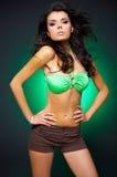 Reizvolle Frau auf Grün Stockfotografie