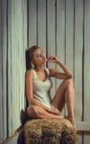 Reizvolle Frau auf Hayloft Stockbilder