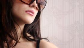 Reizvolle Frau in den Sonnenbrillen Stockfotos