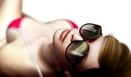 Reizvolle Frau in den Sonnenbrillen Stockfoto