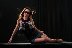 Reizvolle Frau in der Dunkelheit Stockfotografie