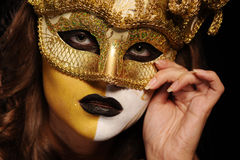 Reizvolle Frau in der goldenen Partyschablone Stockfotos