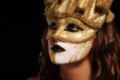Reizvolle Frau in der goldenen Partyschablone Lizenzfreie Stockfotografie