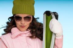 Reizvolle Frau in der rosafarbenen und grünen Skifahrenausstattung Lizenzfreie Stockfotos