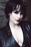 Reizvolle Frau in der schwarzen Jacke Stockfotos