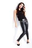 Reizvolle Frau in der schwarzen Kleidung Stockbilder