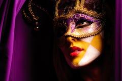 Reizvolle Frau in der violetten Partyschablone Stockfotografie
