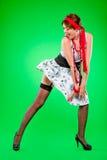 Reizvolle Frau, die auf dem Kleid gesprengt durch Wind schaut Stockfoto