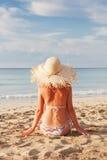 Reizvolle Frau, die auf dem Strand sich entspannt lizenzfreie stockbilder