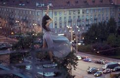 Reizvolle Frau, die auf einem Dach aufwirft Stockfotos