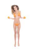 Reizvolle Frau, die in Bikini mit Früchten springt Lizenzfreie Stockfotos