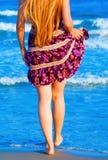Reizvolle Frau, die in das Meer geht Lizenzfreie Stockfotografie