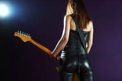 Reizvolle Frau, die eine elektrische Gitarre spielt Lizenzfreie Stockfotografie