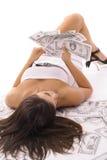 Reizvolle Frau, die Geld zählt lizenzfreie stockbilder