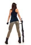 Reizvolle Frau, die 2 Gewehren anhält stockfoto