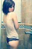 Reizvolle Frau, die im Badezimmer badet Lizenzfreies Stockbild