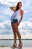 Reizvolle Frau, die im Sonnenlicht aufwirft stockfoto