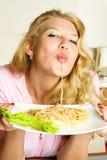 Reizvolle Frau, die Isolationsschlauch isst Stockfoto