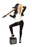 Reizvolle Frau, die mit schwarzer elektrischer Gitarre aufwirft Lizenzfreie Stockfotografie