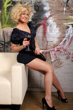 Reizvolle Frau, die Rotwein isst Lizenzfreie Stockfotos