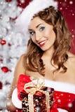 Reizvolle Frau, die Weihnachtsmann-Kostüm trägt Stockfotos