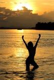 Reizvolle Frau in einem Fluss Stockfotografie
