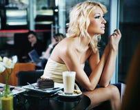Reizvolle Frau an einer Gaststätte Lizenzfreies Stockfoto
