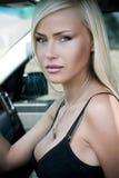 reizvolle Frau im Auto Stockfoto