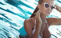 Reizvolle Frau im Badeanzug Stockfoto