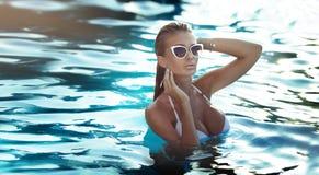 Reizvolle Frau im Badeanzug Lizenzfreie Stockfotos