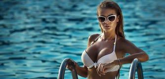 Reizvolle Frau im Badeanzug Stockfotografie