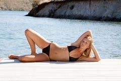 Reizvolle Frau im Bikini stockfotos