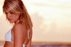Reizvolle Frau im Bikini Stockbild