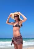 Reizvolle Frau im Bikini auf Strand lizenzfreies stockfoto