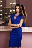 Reizvolle Frau im blauen Kleid Stockfotografie