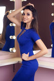 Reizvolle Frau im blauen Kleid Stockfotos