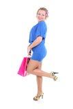 Reizvolle Frau im blauen Kleid mit Einkaufstasche Lizenzfreies Stockfoto