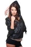 Reizvolle Frau im ledernen Mantel lizenzfreies stockbild