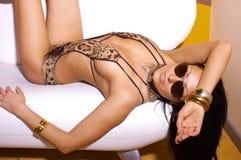 Reizvolle Frau im Leopardbikini Stockbilder