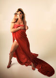 Reizvolle Frau im Rot Lizenzfreie Stockfotografie