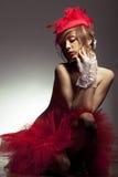 Reizvolle Frau im roten Hut mit Nettoschleier lizenzfreie stockfotografie