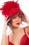 Reizvolle Frau im roten Hut mit Nettoschleier Lizenzfreies Stockbild