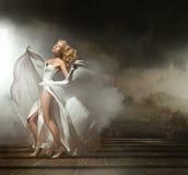 Reizvolle Frau im schönen Kleid Stockfotografie