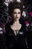 Reizvolle Frau im schwarzen Kleid Stockfotos