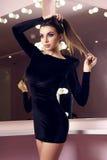 Reizvolle Frau im schwarzen Kleid Stockbild