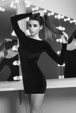 Reizvolle Frau im schwarzen Kleid Stockfotografie