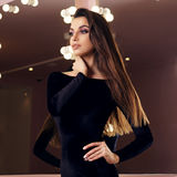 Reizvolle Frau im schwarzen Kleid Stockfoto