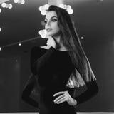 Reizvolle Frau im schwarzen Kleid Stockbilder