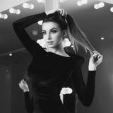 Reizvolle Frau im schwarzen Kleid Lizenzfreie Stockbilder