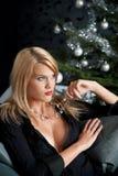 Reizvolle Frau im schwarzen Kleid auf Weihnachten Lizenzfreies Stockfoto